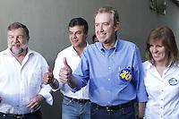 ATENCAO EDITOR IMAGEM EMBARGADA PARA VEICULO INTERNACIONAL-CURITIBA, PR, 07 DE OUTUBRO DE 2012 – ELEIÇÃO – O prefeito de Curitiba, Luciano Ducc (PSB), candidato a reeleição, votou na manhã de domingo (7) no Colégio Sion, no bairro Batel. O candidato da Coligação Curitiba Sempre na Frente (PSB, PSDB, PPS, DEM, PP, PSD, PTB, PRB, PSL, PTN, PSDC, PHS, PMN, PTC e PRB) é o segundo colocado nas pesquisas eleitorais. Na foto, Ducci (camisa azul), ao lado da primeira dama Marry Ducci, do vice-governador, Flávio Arns (e) e do governador, Beto Richa. (FOTO: ROBERTO DZIURA JR./ BRAZIL PHOTO PRESS)