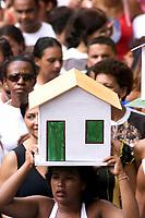 Pagadores de promessa levam objetos durante a procissão para agradecer Nossa Senhora de Nazaré a uma graça alcançada ou desejada . A romaria com cerca de 1.500.000 de pessoas é considerada uma das maiores procissões religiosas do planeta.<br />Belem-Para-Brasil<br />©Foto: Paulo Santos/ Interfoto<br />12/10/2003