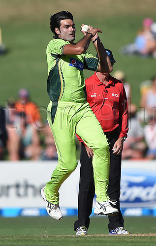 03.02.2015. Napier, New Zealand.  Mohammad Irfan bowlling. ANZ One Day International Cricket Series. Match 2 between New Zealand Black Caps and Pakistan at McLean Park in Napier, New Zealand.