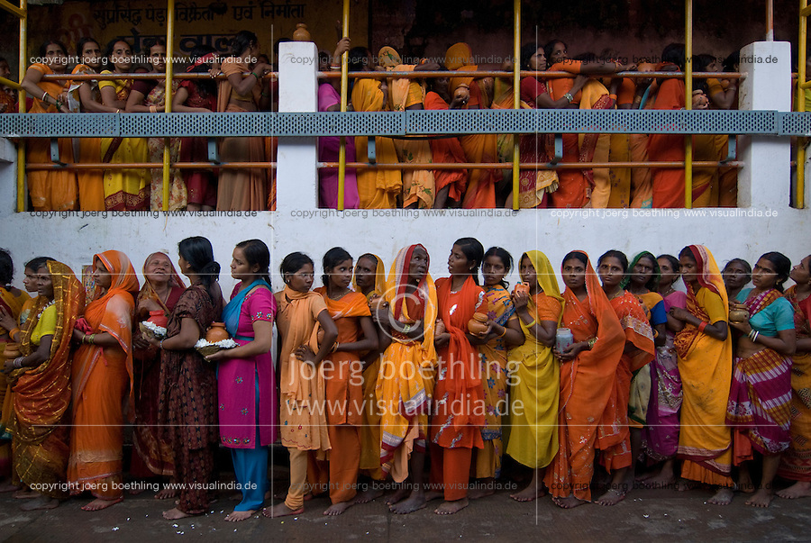 INDIEN  Jharkhand Deogarh , Tausende Hindus besuchen das Tempelfest am Shiva Tempel wo sich ein Jyothi lingam befindet / INDIA Jharkhand Deogarh , Hindu pilgrim at Shiva temple during festival , it is one of the holy places with a Jyothi lingam