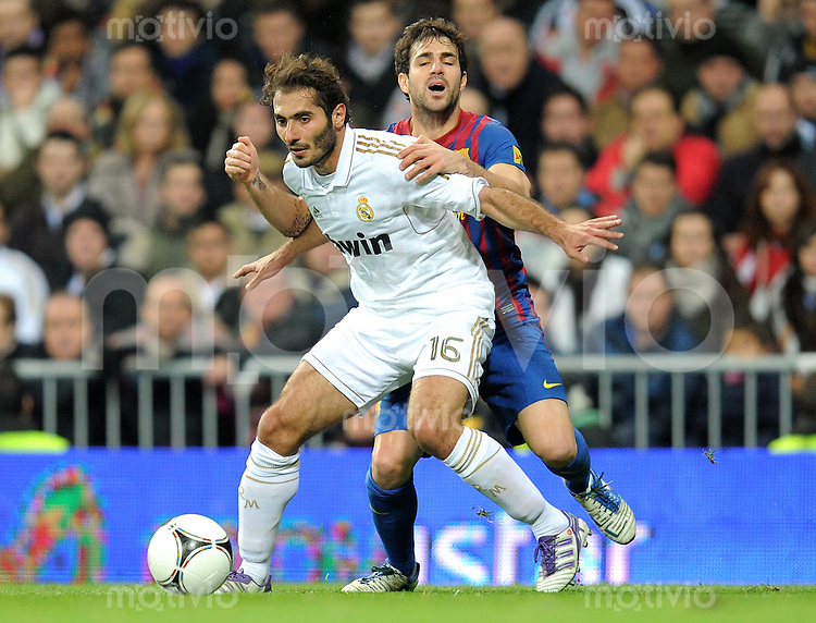 FUSSBALL  INTERNATIONAL  Copa del Rey  1/4  FINALE  2011/2012   18.01.2012 Real Madrid - FC Barcelona  Hamit Altintop (vorn, Real Madrid) gegen Cesc Fabregas (hinten, Barca)