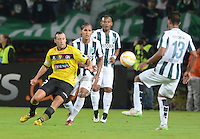 MEDELLÍN -COLOMBIA-19-03-2015. Jairo Palomino (Segundo desde Izq) de Atlético Nacional de Colombia disputa el balon con Brahian Aleman (Izq) de Barcelona de Ecuador durante partido  por los fase dos del grupo 7 de la Copa Bridgestone Libertadores 2015 jugado en el estadio Atanasio Girardot de Medellín, Colombia./ Jairo Palomino (Second from L) player of Atletico Nacional of Colombia battles for the ball with Brahian Aleman (L) of Barcelona of Ecuador during match for the fase 2 of the key 7 of the Copa Libertadores championship 2015 played at Atanasio Girardot stadium in Medellin, Colombia. Photo: VizzorImage/León Monsalve/STR
