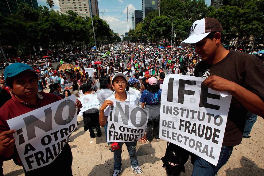 20707. México, D.F Contingentes de manifestantes partieron del Ángel de la Independencia sobre carriles centrales del Paseo de la Reforma, quienes protestan por los resultados de la elección y terminaron su marcha en el zócalo de la Ciudad de México.  NOTIMEX/FOTO/ALEJANDRO MELENDEZ/AMO/WAR/