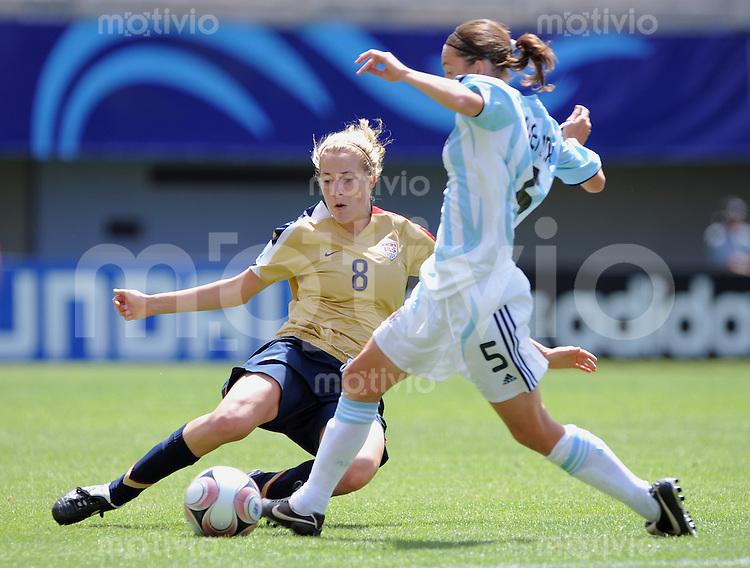 Fussball Frauen FIFA U 20  Weltmeisterschaft 2008     22.11.2008 USA - Argentinien Becky Edwards (li, USA) gegen Emilia Mendieta (ARG)