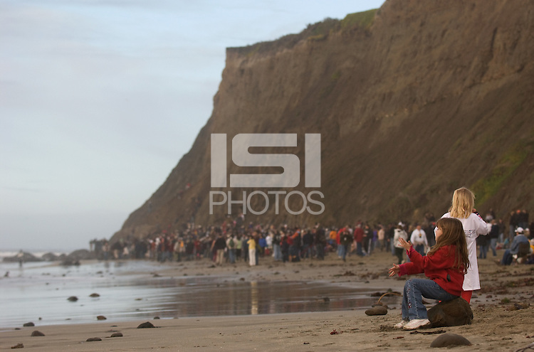 Fans watch the 2008 Mavericks Surf Contest from the beach in Half Moon Bay, Calif., Saturday, January 12, 2008...Photo by David Calvert/isiphotos.com