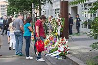 Gedenken anlaesslich 56. Jahrestag des Mauerbau in Berlin.<br /> Am Sonntag den 13. August 2017 gedachten Politiker des Berliner Abgeordnetenhaus und des Bundestag in der Berliner Zimmerstrasse des ersten Mauertoten Peter Fechter. Fechter wurde bei seinem Fluchtversuch am 17. August 1962 an dieser Stelle 22jaehrig von den DDR-Grenzsoldaten Rolf F. (damals 26 Jahre), Erich S. (damals 20 Jahre) in den Ruecken geschossen und verblutete. Er lag fast eine Stunde im Sterben, weder die DDR-Grenzer, noch Westberliner griffen ein.<br /> 13.8.2017, Berlin<br /> Copyright: Christian-Ditsch.de<br /> [Inhaltsveraendernde Manipulation des Fotos nur nach ausdruecklicher Genehmigung des Fotografen. Vereinbarungen ueber Abtretung von Persoenlichkeitsrechten/Model Release der abgebildeten Person/Personen liegen nicht vor. NO MODEL RELEASE! Nur fuer Redaktionelle Zwecke. Don't publish without copyright Christian-Ditsch.de, Veroeffentlichung nur mit Fotografennennung, sowie gegen Honorar, MwSt. und Beleg. Konto: I N G - D i B a, IBAN DE58500105175400192269, BIC INGDDEFFXXX, Kontakt: post@christian-ditsch.de<br /> Bei der Bearbeitung der Dateiinformationen darf die Urheberkennzeichnung in den EXIF- und  IPTC-Daten nicht entfernt werden, diese sind in digitalen Medien nach §95c UrhG rechtlich geschuetzt. Der Urhebervermerk wird gemaess §13 UrhG verlangt.]
