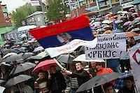 SERBIA - Mitrovica Città divisa in due dal fiume Ibar, a Nord abitata da Serbi e a sud da Kosovari albanesi Attualmente protetta da truppe internazionali della KFOR . pattugliamento di truppe francesi Una manifestazione di nazionalisti serbi, contro la creazione del Kosovo Bandiera serba