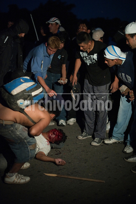 An open battle in Buenos Aires that lasted for 2 days left at least 3 people killed and dozens of injured when neighboors of a park resisted a group mostly of inmigrants trying to build a settlement there. Police withdraw from the place leaving the factions to clash against each other at their will.