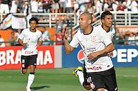SÃO PAULO, SP, 26 AGOSTO DE 2012 - CAMPEONATO BRASILEIRO - CORINTHIANS x SÃO PAULO: Emerson comemora seu gol durante partida Corinthians x São Paulo,  válida pela 19ª rodada do Campeonato Brasileiro de 2012, em partida disputada no Estádio do Pacaembu em São Paulo. FOTO: LEVI BIANCO - BRAZIL PHOTO PRESS