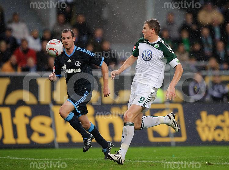 Fussball Bundesliga Saison 2010/2011 VFL Wolfsburg - FC Schalke 04 V.l.: Christoph METZELDER (Schalke) gegen Edin DZEKO (Wolfsburg).