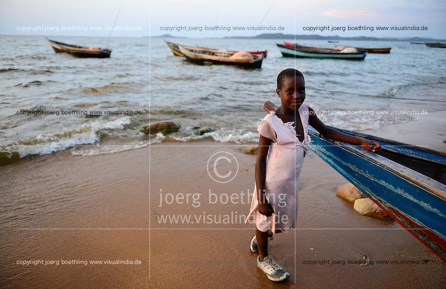 TANZANIA Musoma, Lake Victoria, girl at fishing boat / Tansania Region Mara, Musoma, Maedchen am Viktoria See