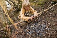Kind hat Vogel-Rupfung, Rupfung entdeckt und sammelt die Federn, Buntspecht Rupfung, Sperber hat Buntspecht erbeutet, gerupft und gefressen