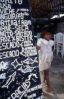 Amérique/Amérique du Sud/Pérou/Env de Chiclayo/Pimentel : Petite fille devant un restaurant de pêcheurs