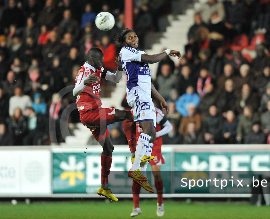 KV Kortrijk - RSC Anderlecht : luchtduel tussen Dieumerci Mbokani (rechts) en Ismaila N'Diaye.foto VDB / BART VANDENBROUCKE