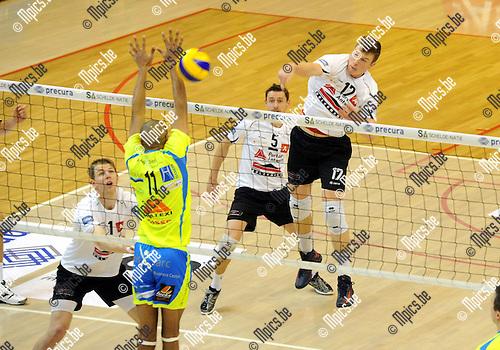 2012-12-09 / Volleybal / seizoen 2012-2013 / Antwerpen - Guibertin / Seppe Baetens (Antwerpen) tegenover Cissé..Foto: Mpics.be