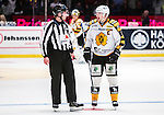 ***BETALBILD***  <br /> Stockholm 2015-09-19 Ishockey SHL Djurg&aring;rdens IF - Skellefte&aring; AIK :  <br /> Skellefte&aring;s Jimmie Ericsson diskuterar med domare linjeman Daniel Persson under matchen mellan Djurg&aring;rdens IF och Skellefte&aring; AIK <br /> (Foto: Kenta J&ouml;nsson) Nyckelord:  Ishockey Hockey SHL Hovet Johanneshovs Isstadion Djurg&aring;rden DIF Skellefte&aring; SAIK diskutera argumentera diskussion argumentation argument discuss domare referee ref arg f&ouml;rbannad ilsk ilsken sur tjurig angry