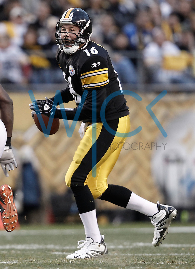 PITTSBURGH, PA - DECEMBER 04:  Charlie Batch #16 of the Pittsburgh Steelers runs with the ball against the Cincinnati Bengals during the game on December 4, 2011 at Heinz Field in Pittsburgh, Pennsylvania.  (Photo by Jared Wickerham/Getty Images)