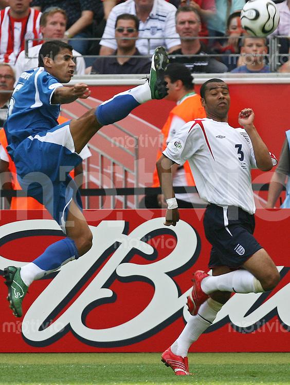 FussballInternational WM 2006 Vorrunde England-Paraquay v.l.n.r Julio Cesar Caceres (PAR), Ashly Cole (ENG)