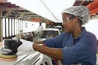 Operária na Linha de Polimento Fábrica da Ford instalada no polo industrial do município de Camaçarí na Bahia.<br />Foto Paulo Santos/Interfoto<br />09/06/2003<br />Camaçarí Bahia Brasil