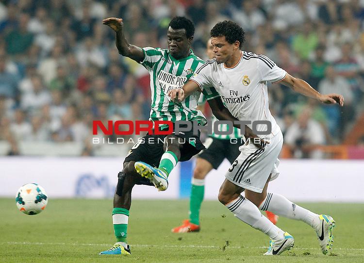 Real Madrid's Pepe (r) and Betis' Nosa Igiebor during La Liga match.August 18,2013. Foto © nph / Acero)