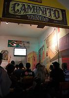 S&Atilde;O PAULO,SP,27 JUNHO 2012 - BOCA JUNIORS x CORINTHIANS TORCIDA<br /> Torcedores do Boca Juniors assistem ao jogo entre Boca Juniors x Corinthians no bar Moocaires na Mooca zona leste.FOTO ALE VIANNA/BRAZIL PHOTO PRESS