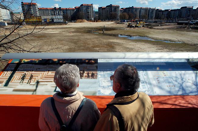 Erste Stelen auf dem Gelaende des geplanten Holocaustmahnmals in Berlin<br /> Am Donnerstag den 3. April 2003 wurden die ersten zwei Stelen auf das Gelaende des geplanten Holocaustmahnmals in Berlin gesetzt. Ab August 2003 soll dann mit dem Bau des Mahnmals begonnen werden.<br /> Die Fertigstellung des Mahnmals sollte zuerst im Jahr 2004 sein, nun ist das Jahr 2005 im Gspraech.<br /> Hier: Niederlaendische Touristen betrachten das Mahnmal-Gelaende.<br /> 4.4.2003, Berlin<br /> Copyright: Christian-Ditsch.de<br /> [Inhaltsveraendernde Manipulation des Fotos nur nach ausdruecklicher Genehmigung des Fotografen. Vereinbarungen ueber Abtretung von Persoenlichkeitsrechten/Model Release der abgebildeten Person/Personen liegen nicht vor. NO MODEL RELEASE! Nur fuer Redaktionelle Zwecke. Don't publish without copyright Christian-Ditsch.de, Veroeffentlichung nur mit Fotografennennung, sowie gegen Honorar, MwSt. und Beleg. Konto: I N G - D i B a, IBAN DE58500105175400192269, BIC INGDDEFFXXX, Kontakt: post@christian-ditsch.de<br /> Bei der Bearbeitung der Dateiinformationen darf die Urheberkennzeichnung in den EXIF- und  IPTC-Daten nicht entfernt werden, diese sind in digitalen Medien nach &sect;95c UrhG rechtlich geschuetzt. Der Urhebervermerk wird gemaess &sect;13 UrhG verlangt.]