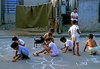 Crianças desenhando na rua em Heliópolis. 1992. Foto de Juca Martins.