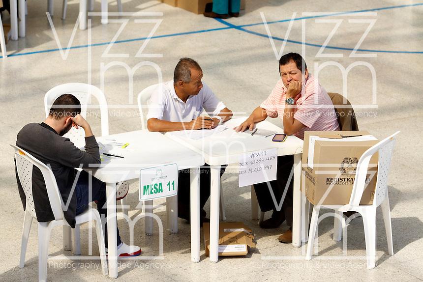 MANIZALEs -COLOMBIA. 15-06-2014. Colombianos ejercen su derecho al voto en el Colegio Colseñora de Manizales durante la segunda vuelta de la elección de Presidente y vicepresidente de Colombia que se realiza hoy 15 de junio de 2014 en todo el país./ Colombians exert their right to vote in the Colseñora school in Manizales during the second round of the election of President and vice President of Colombia that takes place today June 15, 2014 across the country. Photo: VizzorImage / Santiago Osorio /Str