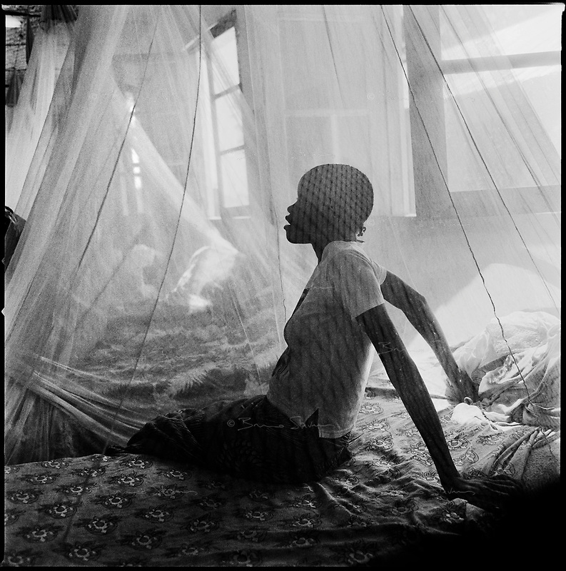 Kuito, Angola, May, 22, 2006.Isabel Viemba, 20, suffers from Tuberculosis and is a patient in Bié Province Hospital. TB is endemic in the region, fueled by poverty, malnutrition, inadequate hygiene and the rapid spreading of HIV/AIDS since the end of the civil war in 2002.