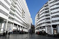 Links het Stadhuis / de Bibliotheek in  het centrum van Den Haag