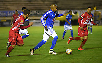 TUNJA -COLOMBIA, 02-07-2016. Jonathan Estrada (Centro) jugador de Millonarios disputa el balón con Patriotas  FC durante encuentro  por la fecha 1 de la Liga Aguila II 2016 disputado en el estadio de  La Independencia./ Jonathan Estrada (Center) player of Millonarios fights for the ball with  Patriotas FC during match for the date 1 of the Aguila League II 2016 played at La Independencia  stadium . Photo:VizzorImage / César Melgarejo   / Cont