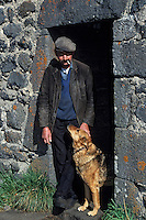 Europe/France/Auvergne/12/Aveyron : Aubrac - Buronnier et son chien au buron des canuts [Non destiné à un usage publicitaire - Not intended for an advertising use] <br /> PHOTO D'ARCHIVES // ARCHIVAL IMAGES<br /> FRANCE 1980