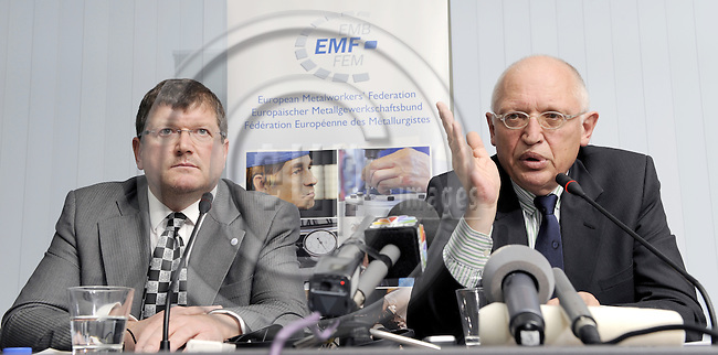 Brussels-Belgium, 24 November 2008 -- Pressconference at the ITUH on the current situation of European automobile industry, by Peter SCHERRER (le), General Secretary of EMF (European Metalworkers' Federation; Europaeischer Metallgewerkschaftsbund, EMB) and Günter (Guenter) VERHEUGEN (ri), Vice President of the European Commission and in charge of Enterprise and Industry -- Photo: Horst Wagner / eup-images