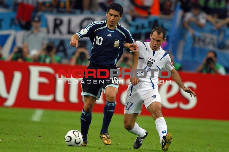 FIFA WM 2006 -  Gruppe C Vorrunde ( Group C )<br /> <br /> Play   #21 (16-Jun) - Agrentinien - Serbien / Montenego<br /> <br /> <br /> <br /> Juan Riquelme (ARG) gegen Albert Nadj (SCG)<br /> <br /> <br /> <br /> Foto &copy; nordphoto