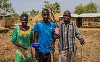 Pauline Atto, Okelo Atto aus dem Südsudan mit Jamal Babu (von links nach rechts) aus Uganda bei der gemeinsamen Arbeit im Flüchtlingslager BidiBidi in Uganda. Über eine Million Südsudanesen sind nach Uganda geflüchtet.