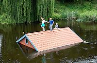 Nederland Den Bosch  2016 . De Bosch Parade op rivier de Dommel. De Bosch Parade is een evenement in 's-Hertogenbosch. De optocht bestaat uit varende kunstwerken. Alle werken zijn geïnspireerd op de kunst van Jheronimus Bosch. Vaartuig We Leven Vrolijk Verder.  Foto  Berlinda van Dam / Hollandse Hoogte