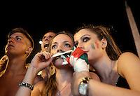 Calcio: Tifosi della Nazionale italiana assistono alla semifinale dei campionati europei tra Italia e Germania sul maxischermo allestito in Piazza del Popolo, Roma, 28 giugno 2012..Italy Football: Italian fans watch the Euro 2012 football championship semifinal match between Italy and Germany broadcasted on a giant screen set up in Rome, 28 june 2012..UPDATE IMAGES PRESS/Riccardo De Luca