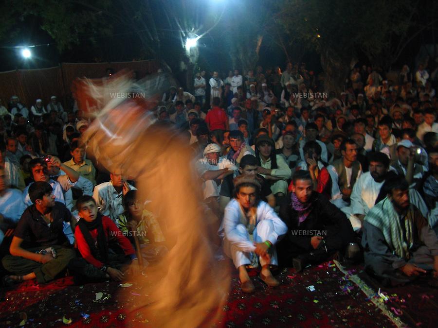 AFGHANISTAN - MALASPEH - 14 aout 2009 : Scene de danse lors d'un mariage traditionnel afghan. ..AFGHANISTAN - MALASPEH - August 14th, 2009 : Dancing scene at a traditional Afghan wedding.