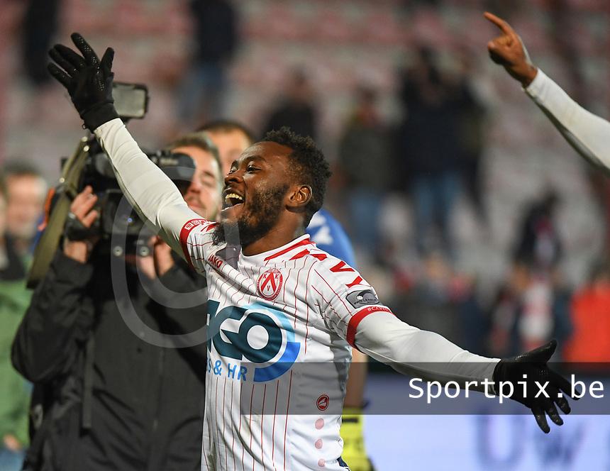 1/8 finale Croky Cup<br /> KV KORTRIJK - SV ZULTE WAREGEM :<br /> Abdul Ajagun viert de zege met de supporters<br /> <br /> Foto VDB / Bart Vandenbroucke