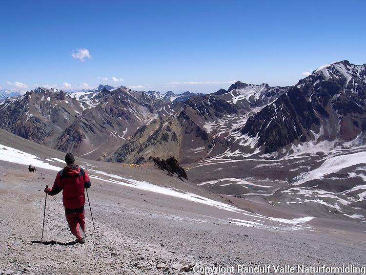 Person i ura mellom campene Canada og Nido de Condores på  Aconcagua. Teltene på Canada sees ved fremspringet i midten av bildet. ---- Person between the camps Canada and Nide de Condores, Aconcagua.