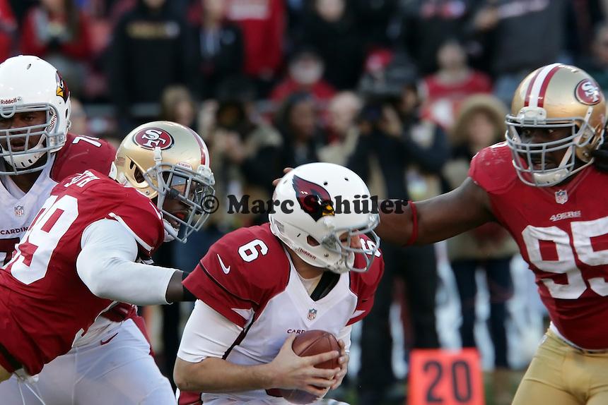 QB Brian Hoyer (Cardinals) unter Druck von LB Aldon Smith und DT Ricky Jean Francois (49ers)