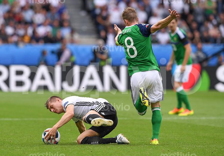 FUSSBALL EURO 2016 GRUPPE C IN PARIS Nordirland - Deutschland     21.06.2016 Toni Kroos (li, Deutschland) gegen Steven Davis (re, Nordirland)