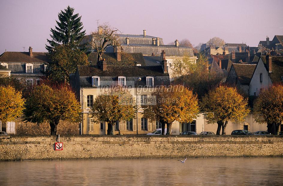 Europe/France/89/Yonne/Joigny: Brumes matinales sur la vallée de l'Yonne et les maisons du village