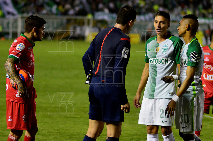 TUNJA -COLOMBIA, 13-05-2017: Ricardo Garcia, árbitro, discute con Arley Rodriguez y Juan Pablo Ramirez de Nacional durante el encuentro entre Patriotas FC y Atletico Nacional por la fecha 18 de la Liga Águila I 2017 realizado en el estadio La Independencia de Tunja. / Ricardo Garcia, referee,discuss with Arley Rodriguez and Juan Pablo Ramirez of Nacional during the match between Patriotas FC and Atletico Nacional for the date 18 of Aguila League I 2017 played at La Independencia stadium in Tunja. Photo: VizzorImage / Javier Morales  / Cont
