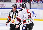 S&ouml;dert&auml;lje 2014-01-06 Ishockey Hockeyallsvenskan S&ouml;dert&auml;lje SK - Malm&ouml; Redhawks :  <br />  domare Daniel Winge  diskuterar med Malm&ouml; Redhawks Johan Bj&ouml;rk <br /> (Foto: Kenta J&ouml;nsson) Nyckelord:  domare referee ref diskutera argumentera diskussion argumentation argument discuss