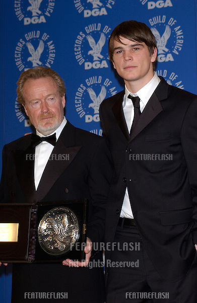 Actor JOSH HARTNETT (right) & director RIDLEY SCOTT at the 54th Annual Directors Guild Awards in Beverly Hills. .09MAR2002.  © Paul Smith / Featureflash
