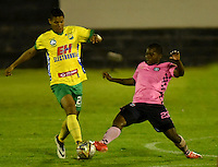 TUNJA - COLOMBIA -28-10-2016: Deiner Cordoba (Der.) jugador de Boyaca Chico FC disputa el balón con William Duarte (Izq.) jugador de Atletico Huila, durante partido Boyaca Chico FC y Atletico Huila, de la fecha 18 de la Liga Aguila II-2016, jugado en el estadio La Independencia de la ciudad de Tunja. / Deiner Cordoba (R) player of Boyaca Chico FC vies for the ball with William Duarte (L) jugador of Atletico Huila, during a match Boyaca Chico FC and Atletico Huila, for the date 18 of the Liga Aguila II-2016 at the La Independencia  stadium in Tunja city, Photo: VizzorImage  / Cesar Melgarejo / Cont.