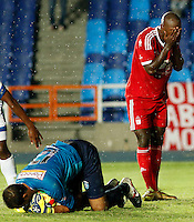 CALI -COLOMBIA-6-OCTUBRE-2014. Oswaldo Blanco (Der) America de Cali con Elkin Granados del Real  Santander durante partido correspondiente a la  fecha 14 del Torneo Postobon jugado en el estadio Pascual Guerrero de la ciudad de  Cali . /   Oswaldo Blanco (R) of America de Cali with Elkin Granados goalkeeper   of Real Santander during match 14th date Torneo  Postobon tournament  played at the Pascual Guerrero stadium in Cali.  Photo: VizzorImage / Juan Carlos Quintero / Stringer