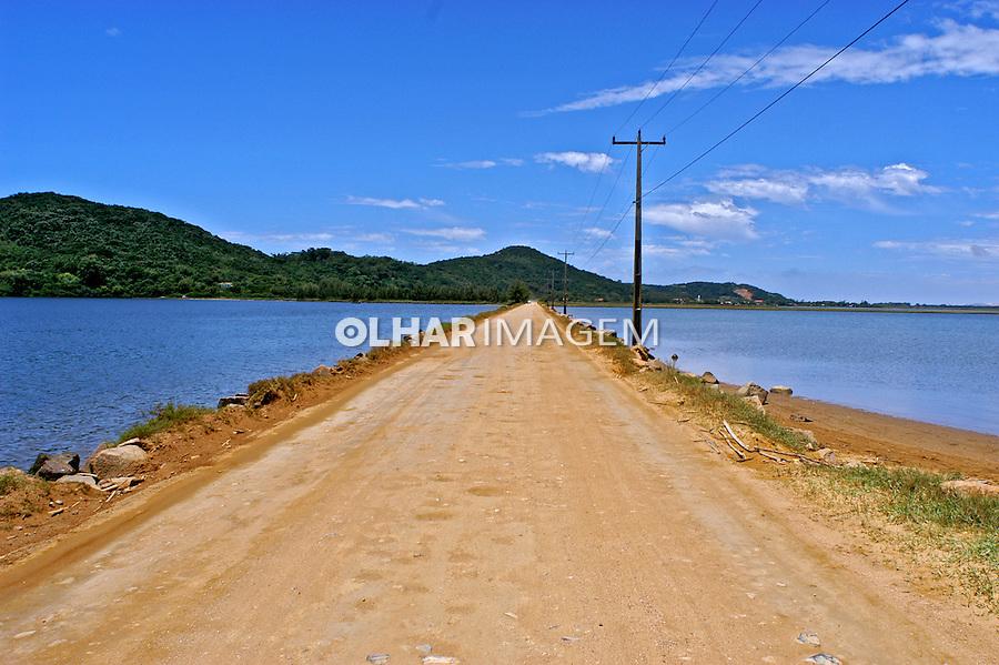 Lago e estrada de terra em Laguna. Santa Catarina. 2005. Foto de Thais Falcão.