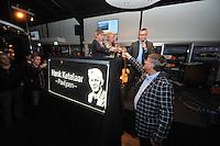 SCHAATSEN: BIDDINGHUIZEN: FlevOnice, 22-11-13, Officiële heropening FlevOnice met onthulling van 'Henk Ketelaar Paviljoen' door zijn kinderen Bert, Hilma en Roel (midden) als eerbetoon aan de grondlegger van FlevOnice, nieuwe manager Kristel Pinkster (links), directeur Joop Pinkster van Pinkster Vastgoed (rechts), ©foto Martin de Jong